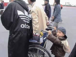 車椅子を押して