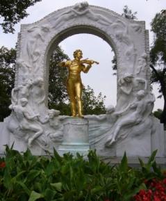 市立公園のシンボル、ヨハン・シュトラウス像