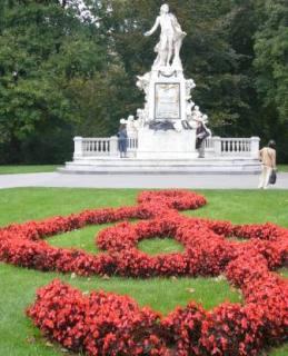 ト音記号をかたどった花の前のモーツァルト像