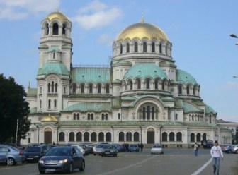 高さ60mの金色のドームが印象的なアレクサンドル・ネフスキー寺院