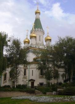 金色に輝くドームとエメラルドグリーンの尖塔が美しい聖ニコライ・ロシア教会