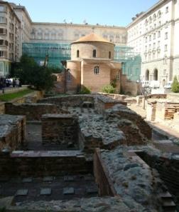 教会の背後にはローマ時代の浴場跡が!