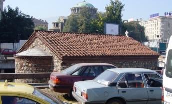 珍しい半地下式の教会!