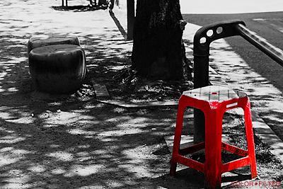 モノクロの中の赤いベンチ