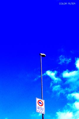 標識と青空