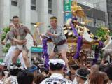 神輿に乗る彫物の男たち