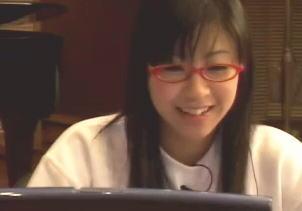 眼鏡をかけた宇多田ヒカル