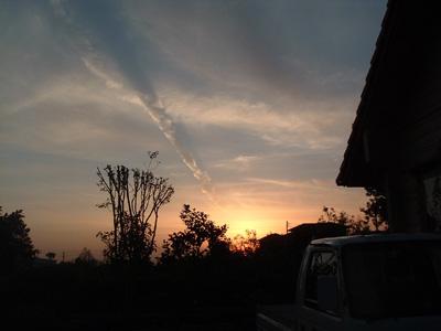 ある日の夕日(我が家庭先にて)