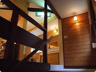 階段の板はちときしむ