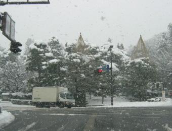 雪の兼六園入り口付近