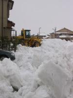 向こうの通りに除雪車が