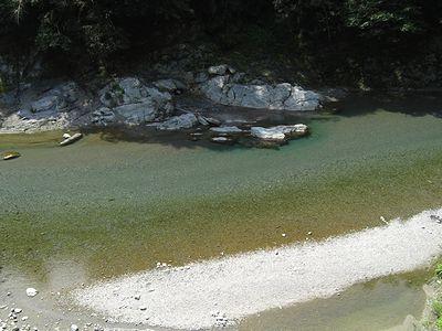 道路から見る穴吹川