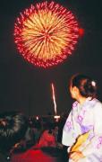 県都の夜空を彩った花火を楽しむ若者ら(11日午後7時40分)=宮沢輝夫撮影 (読売新聞)