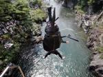 「ムシキング」のキャラクターに扮して吉田川に飛び込む参加者=6日午後、岐阜県郡上市で