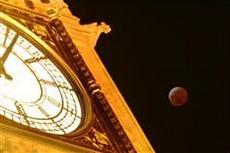 ビッグ・ベン近くで見られた皆既月食(AP=共同)