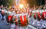 軽快な太鼓の音を響かせ通りを練り歩くさんさ踊りの行列=盛岡市
