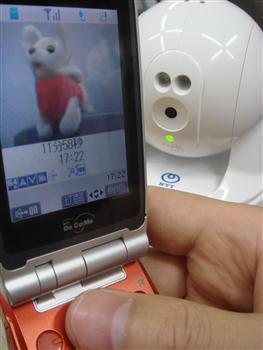 携帯電話で留守中のペットの様子が確認できるNTTの「ひかりホームカメラ」(写真はぬいぐるみ)