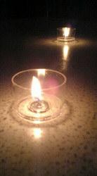 石テーブルに燈されたキャンドル