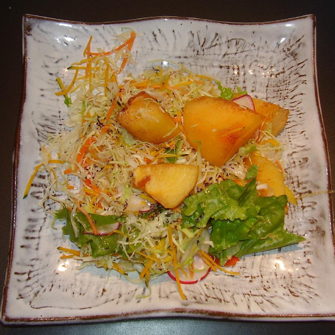 じつはこれお惣菜屋さんの出来合いサラダをちょっとアレンジ