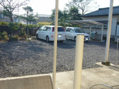庭の向こうに駐車