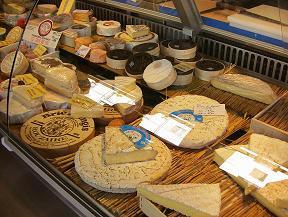 マルシェのチーズ(お店さんにはこの5倍ぐらいの種類のチーズあり)