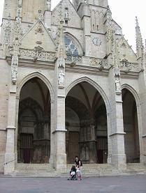 Semur-en-Auxoisの教会の前