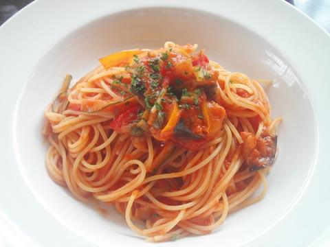 菜園野菜のトマトソースパスタ