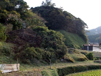 山中の馬蹄石(北側より)
