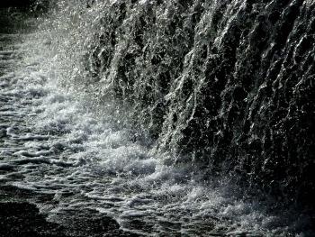 落下する水