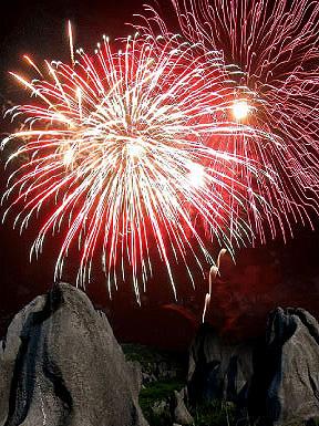 第29回秋吉台観光まつり・高原花火大会-秋芳洞「光と闇の祭典」