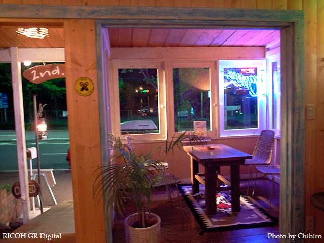 【霧が丘 2nd Cafe さん】 GR Digital : ISO200, 絞り優先AE, WBオート, EV0, F2.4, 1/2s, sRGB