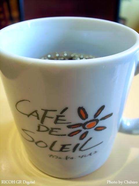 【モーニングコーヒー in Cafe de Soleil】 GR Digital : ISO64, 絞り優先AE, WB白熱灯, EV+1.0, F2.4, 1/14s, sRGB