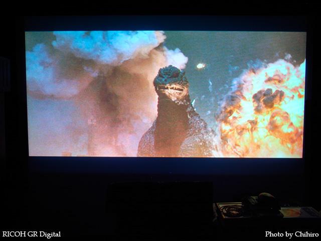 ゴジラ in Godzilla Final Wars GR Digital: ISO64, 絞り優先AE, WB白熱灯, EV0, F2.4, 1/3s, sRGB