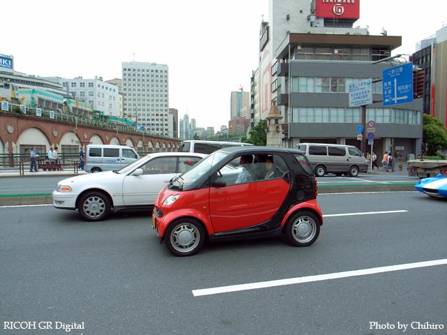 【ちんまくてなんか可愛いですね~>車 ・・・を゛っ?( ・◇・)?】 GR Digital : ISO64, 絞り優先AE, WB屋外, EV0, F4.0, 1/217s, sRGB