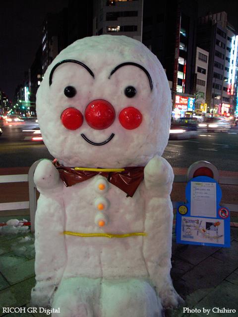 アンパンマン雪だるま in 神田小川町 GR Digital: ISO200, プログラムAE, WBオート, EV0, F2.4, 1/6s, sRGB