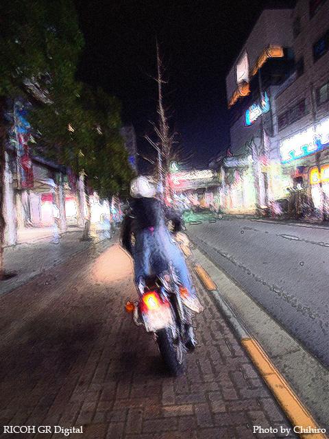 【バイカー in 青葉台】 GR Digital : ISO100, 絞り優先AE, WBオート, スナップモード, EV0, F2.4, 1s, sRGB, with PhotoShop