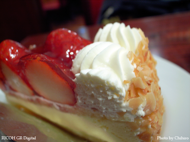 【イチゴのケーキ in 若葉台十番館】 GR Digital : ISO100, 絞り優先AE, WB白熱灯, EV-0.3, F2.4, 1/6s, sRGB
