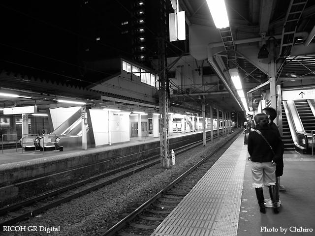 【最終待ちの東神奈川駅】 GR Digital : ISO64, 白黒, 絞り優先AE, WBオート, EV0, F2.4, 1/6s, sRGB