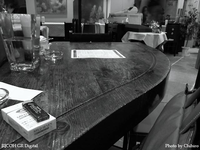 【を゛っ!グランドピアノ型のテーブルだぁ♪】 GR Digital : ISO64, 絞り優先AE, 白黒, WB白熱灯, EV-0.3, F3.2, 1s, sRGB