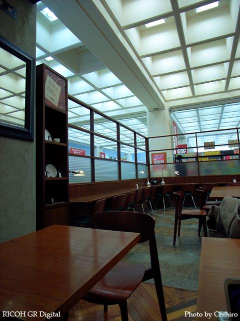 【三省堂 自遊時間 内 カフェ in 神保町】 GR Digital : ISO64, 絞り優先AE, WBオート, スナップモード, EV-0.3, F2.4, 1/42s, sRGB