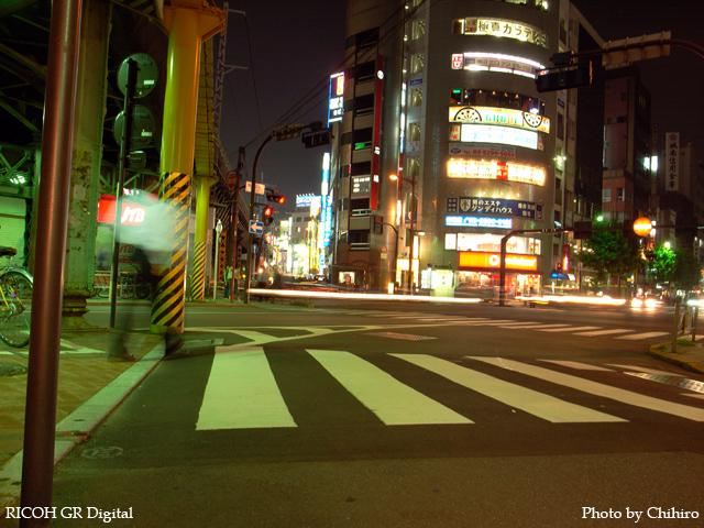 【さぁ夜はこれから。街の灯がヲレを呼んでるぜ! てか?】 GR Digital : ISO64, 絞り優先AE, WB屋外, EV-0.3, F4.0, 1/2s, sRGB