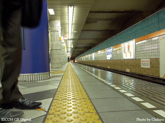 【東京メトロ 神田駅でネコの眼になってみた(=^・^=)】 GR Digital : ISO64, 絞り優先AE, WBオート, EV0, F4.5, 1/3s, sRGB