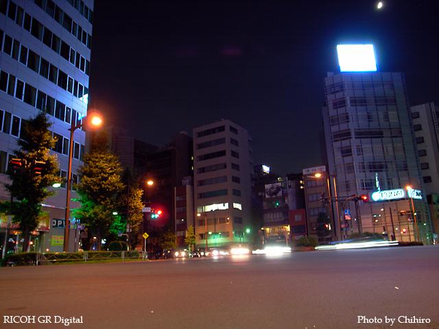 【神田須田町交差点でもネコの眼に…と言っておこふ(^^;)】 GR Digital : ISO64, 絞り優先AE, WBオート, EV0, F2.4, 1s, sRGB