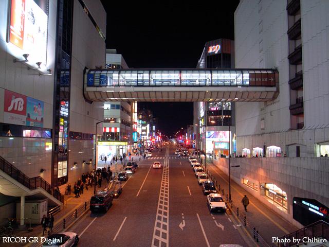 町田駅前 GR Digital: ISO200, プログラムAE, WBオート, EV0, F2.4, 1/10s, sRGB