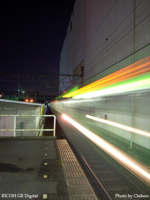 【横浜線 in 町田駅】 GR Digital : ISO100, 絞り優先AE, WBオート, EV0, F2.4, 1s, sRGB