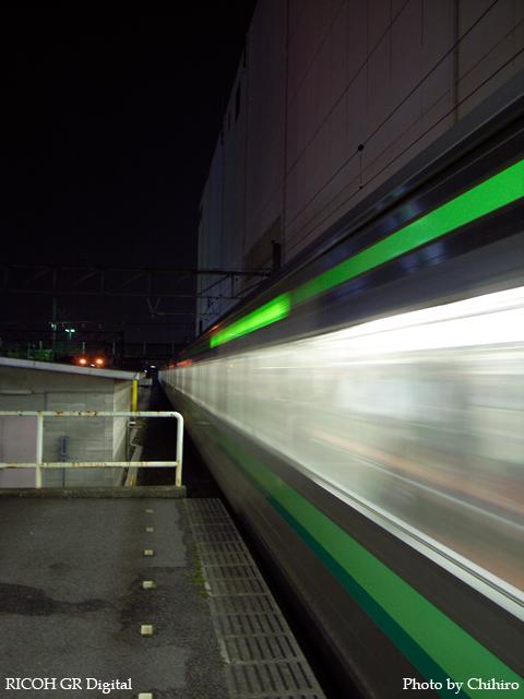 【横浜線 in 町田駅】 GR Digital : ISO100, 絞り優先AE, WBオート, EV0, F2.4, 1/2s, sRGB