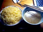 これがうわさのつけ麺パスタ。何を考えればこんな食べ方を考え付くのか・・・(*´Д`)=3でも味はまったく変わらないので興味があれば一度お試しあれ(笑