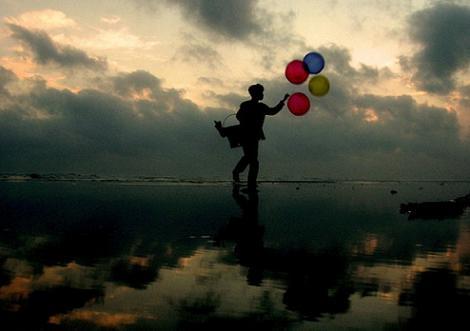 風船で空が飛べたら、飛ばないように子供は必死。