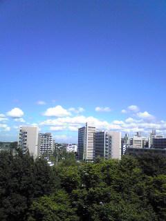 控室の窓から東の空をのぞむ