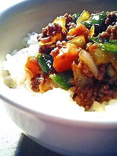 挽き肉と野菜のそぼろ風炒め丼